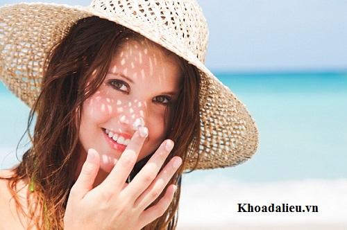 Dùng kem chống nắng bảo vệ da khỏi đồi mồi